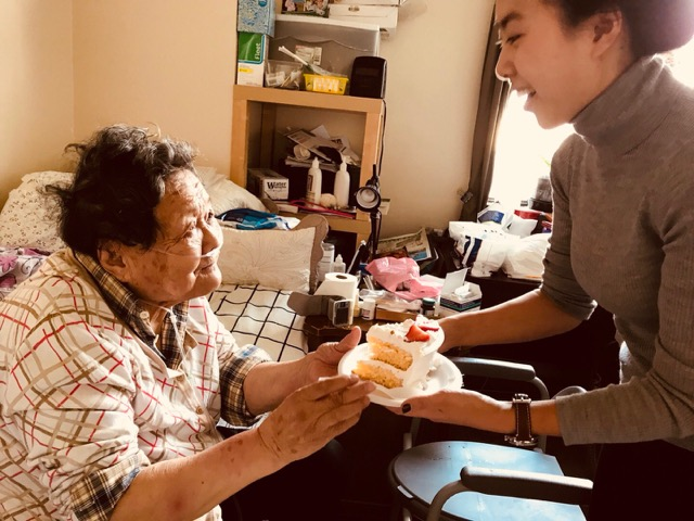 Jiayi presenting a cake for Gao's 91st birthday